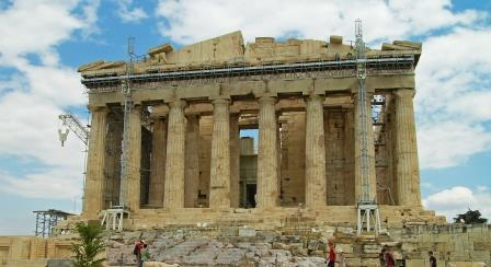 1 Fachada este do Partenon com capitéis dóricos e parte do tímpano com a representação do nascimento de Atenaweb