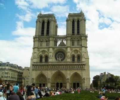 Fachada principal de Notre Dame, o monumento mais visitado de Paris