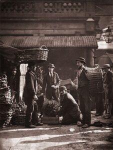 Homens com caixas de plantas no mercado de Covent Garden.