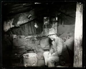 Imigrante italiano fuma cachimbo na sua casa improvisada, 1890.