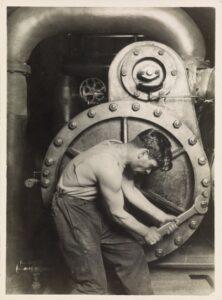 Mecânico numa fábrica.
