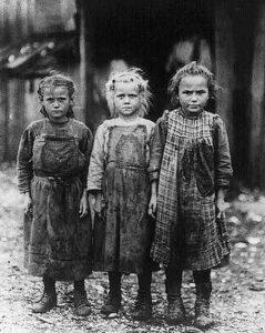 Meninas submetidas ao trabalho infantil.