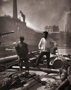 Trabalhadores de transporte viajam até o Thames Photograph.