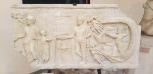 rituais romanos Relevo retratando um arúspice do Templo Romano de Hércules